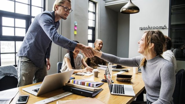 いいロゴマーク作成を依頼できるデザイン会社の営業担当者5つの特徴